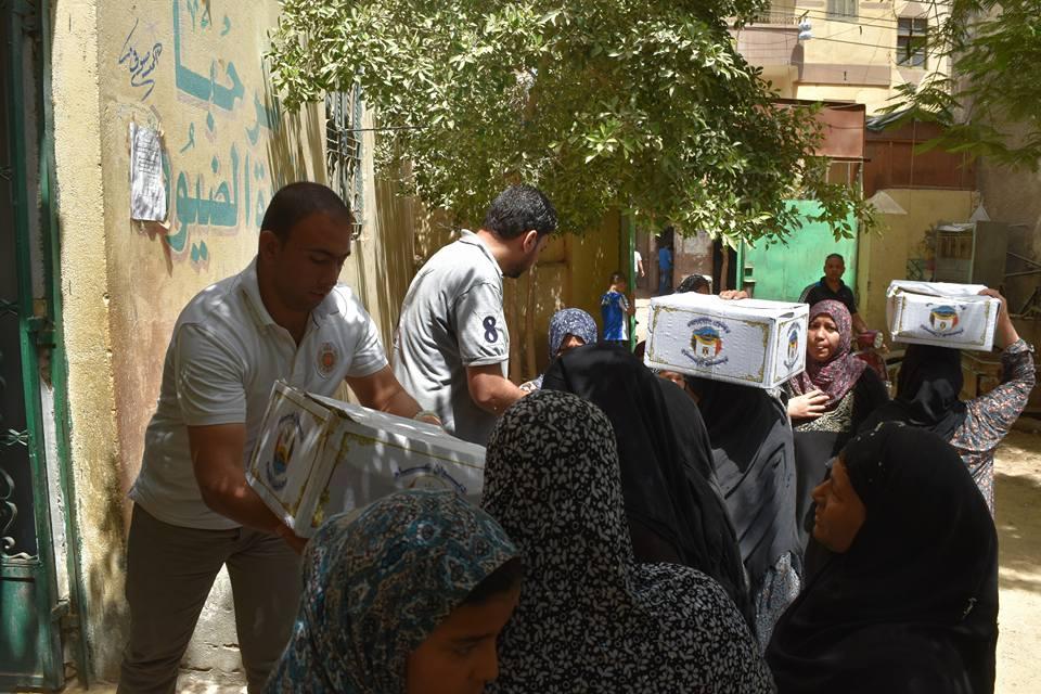 Photo of بالصور.. توزيع 200 كرتونة مواد غذائية على الأسر الأكثر احتياجاً بمنطقة درب الطباخين بالفيوم
