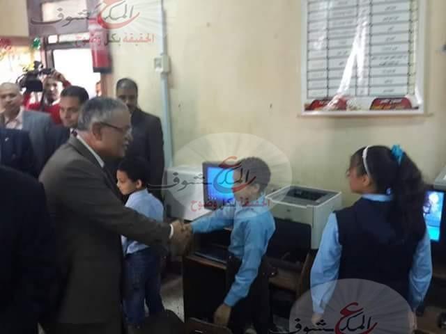 """وزير التنمية المحلية """"يسلم """"أجهزة حاسب آلي لطلاب المنيا ضمن ختام (الأسبوع الالمانى في الصعيد)"""